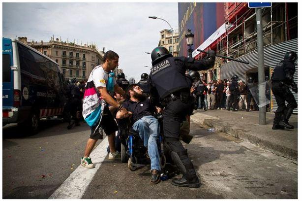 represión policial en acampada plaza cataluña - Barcelona