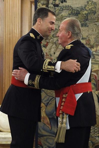 Don Juan Carlos coloca el fajín de capitán general a Felipe VI